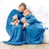 DecoKing – Koc z rękawami 90x105 cm Niebieski LAZY KIDS