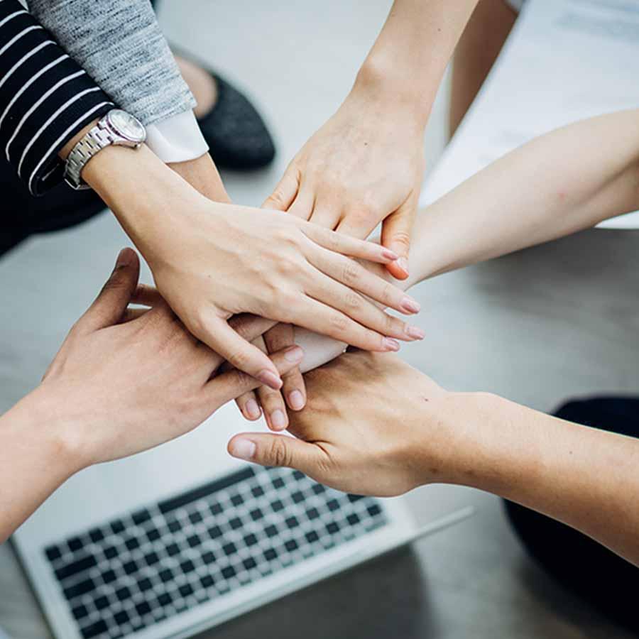 Wyposażenie wnętrz YourHomeStory - dłonie ułożone na sobie gestem dobrej współpracy